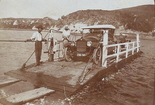 Crossing the Knysna River, Murray Douglas. The pontoon that operated from 1916 - 1923